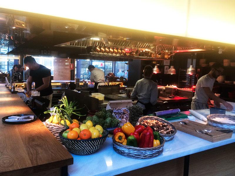 El restaurante está organizado alrededor de la cocina abierta